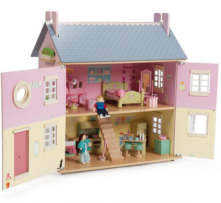 Casa de muñecas de madera: ventanas y muebles.