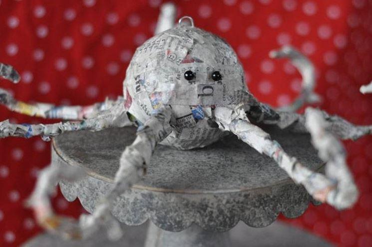 Una máscara de papel maché