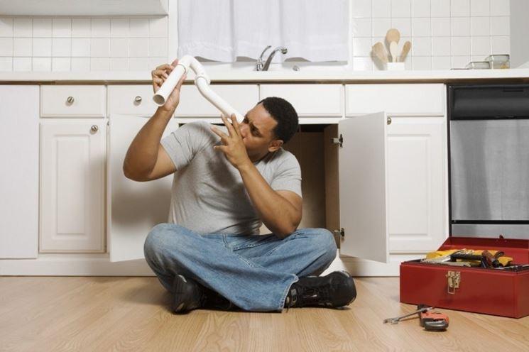 Hombre de la casa luchando con plomería de bricolaje